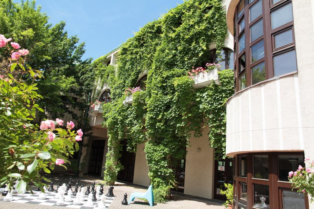 Blick auf den Haupteingang des Internats des Gartenbauschule Langenlois- Kremserstraße 33