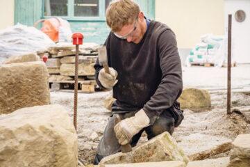 Simon: Die Steine für den Felsengarten werden fachmännisch behauen.