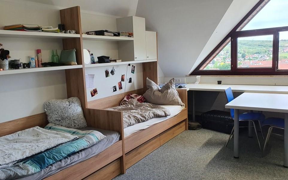 Helle freundliche Zimmer mit viel Stauraum