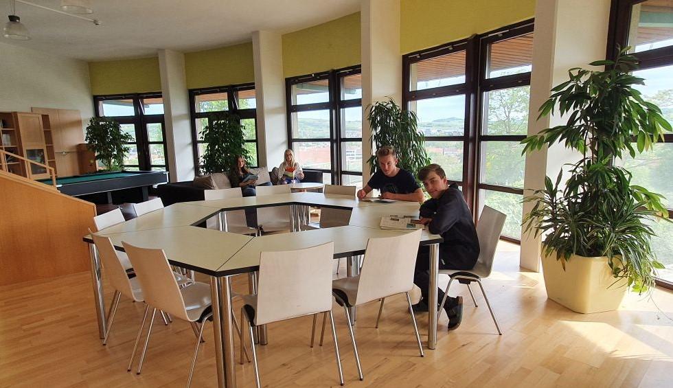 Gemeinsames Lernen in der hellen, geräumigen Bibliothek