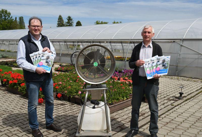 """(v.l.n.r.) AUVA-Präventionsexperte Herbert Stifter und Direktor Franz Fuger vor einem Gerät zur Verteilung von """"Effektiven Mikroorganismen"""" in Glashäusern."""