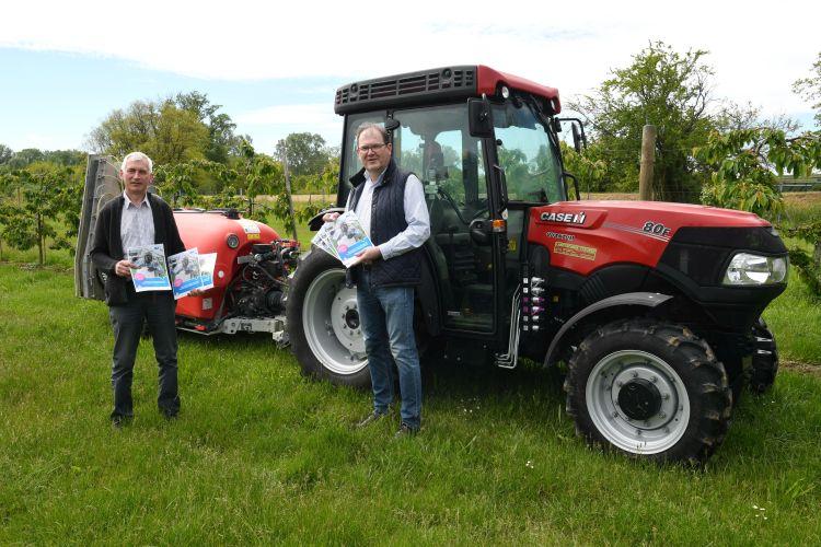 (v.l.n.r.) Direktor Franz Fuger und AUVA-Präventionsexperte Herbert Stifter in der Obstkultur der Gartenbauschule mit Traktor und Spritze für biologische Pflanzenschutzmittel.
