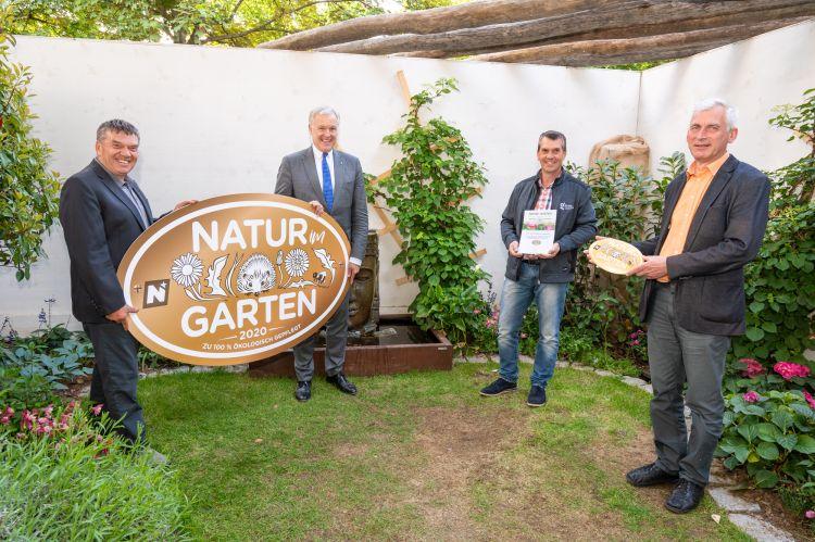 """Foto: ©""""Natur im Garten"""" / J. Ehn  Landesrat Martin Eichtinger (Mitte links) und Reinhard Kittenberger, Präsident der """"Natur im Garten"""" Schaugärten (links) gratulieren Dir. Franz Fuger (re) und Christian Kittenberger zur Auszeichnung Goldener Igel."""