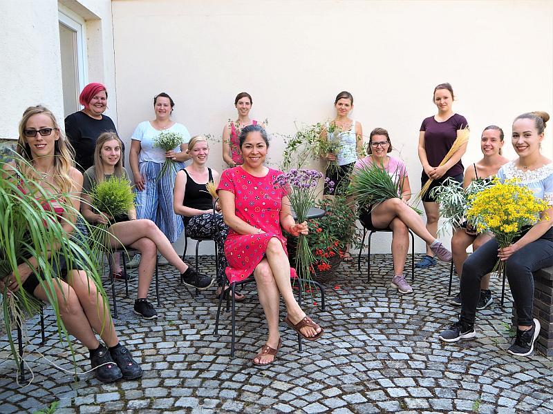Unsere neue Meisterklasse Floristik mit Referentin Sonja Fojt-Haas.  (links im Bild)